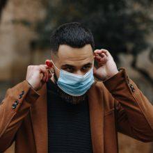 Izraelis atšaukė prievolę dėvėti kaukes lauke