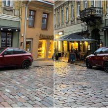 Įžūlu: Kauno senamiestyje kelią jaunai mamai užstojo prabangus BMW