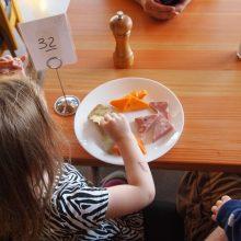 Vaikai mokyklų valgyklose atsiskaitys ne grynaisiais
