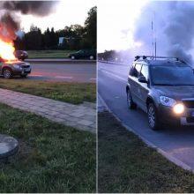 Šiauliuose gatvėje atvira liepsna degė automobilis