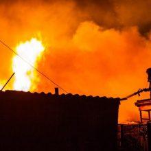 Gaisras Ukmergės rajone: liepsnos glemžiasi namą