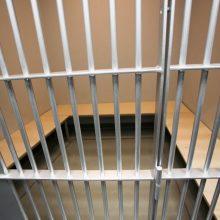 Jaunuolis atsidūrė areštinėje: pareigūnai įtaria namuose radę narkotikų