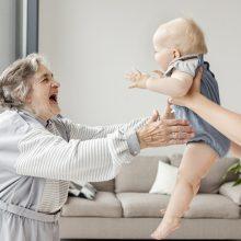 Rudenį paaiškės, ar proseneliai galės pretenduoti į vaiko priežiūros išmoką