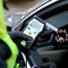 Varėnos rajone girtumo patikrinimo vengęs vairuotojas pasišalindamas sužalojo policininką
