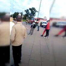 Kraupi avarija sukrėtė uostamiestį – automobilis taranavo mamą su vaikais