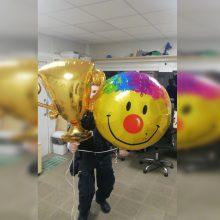 Į pataisos namus balionais skraidinti telefonai pakibo ant stulpo