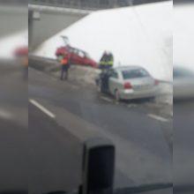 Avarija Vilniuje: po smūgio automobilis nulėkė į griovį