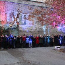 Pilka siena Kaune virto meno kūriniu iš 400 emocinių plytelių