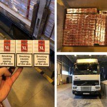 Įtarimų sukėlusiame, aplūžusiame vilkike – 36 tūkst. pakelių rūkalų kontrabanda