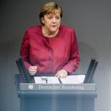 A. Merkel parlamente pristatė galimybę įvesti komendanto valandą