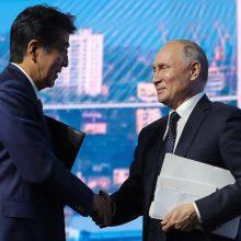 Japonijos premjeras siūlo V. Putinui greičiau sudaryti taikos sutartį