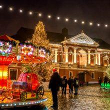 Kalėdų stebuklus Teatro aikštėje skandino lietus