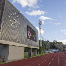 Stadiono ardymas varžybų nestabdo – aistruoliams tenka sėdėti ir ant griuvėsių