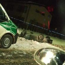 """Aleksote nuo kelio nulėkė ir apsivertė """"CityBee"""" automobilis: vairuotojas – girtas"""