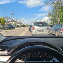 Kauniečiai praneša: mieste nusidriekė automobilių eilės