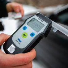 Beteisė vairuotoja pareigūnams prisipažino vartojusi alkoholio