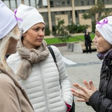 Prie Seimo susirinkę onkologiniai ligoniai priminė: vėžys – ne sloga