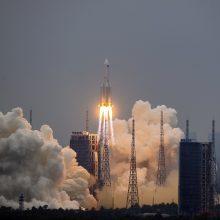 Kinija gina poziciją dėl neprognozuojamo nešančiosios raketos kritimo