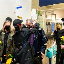 """Į Lietuvą sugrįžusi grupė """"The Roop"""" pasitikta šūksniais ir plojimais"""