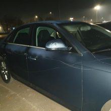 Vyras prašo pagalbos dėl chuliganiško elgesio: kažkas aštriu daiktu subraižė apie 10 automobilių