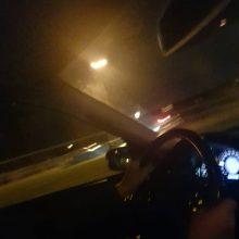 Netoli Šilainių automobilis rėžėsi į kelio atitvarus