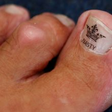 Britai grūmėsi pėdos lenkimo susikabinus nykščiais čempionate