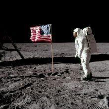 """50 metų po misijos į Mėnulį """"Apollo"""" astronautai susitinka prie istorinės aikštelės"""