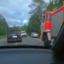 Netoli Kačerginės – trijų mašinų avarija, į griovį nulėkė sunkiasvoris automobilis