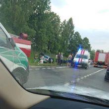 Automobiliai nulėkė į griovį: į ligoninę išvežti šeši žmonės, vienas jų mirė