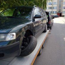 Pamatę apgadintą automobilį ryžosi prašyti pagalbos: vairuotojas galėjo būti girtas