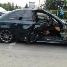 BMW bandė sankryžą pralėkti degant raudonam šviesoforo signalui?