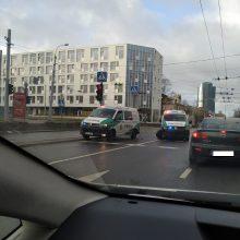 Vilniuje susidūrė du į iškvietimą skubėję policijos ekipažai