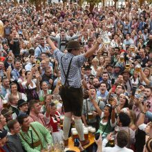 """Didžiausioje alaus šventėje pasaulyje """"Oktoberfest"""" kainos kandžiojasi"""