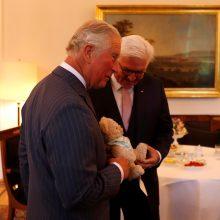 """Britų princas Charlesas pradeda """"žavesio puolimą"""" Vokietijoje"""