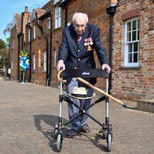 """Britanijos karo veteranui """"kapitonui Tomui"""" bus suteiktas riterio titulas"""