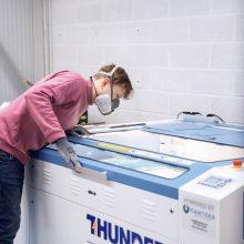 3D spausdintuvais pradėjo gaminti apsauginius skydelius medikams, ieško medžiagų