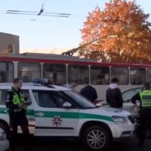 Vilniaus juodajame kelyje – avarija, į ligoninę išvežtas motorolerio vairuotojas