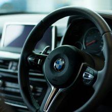 Plungėje BMW kliudė policijos pareigūnų automobilį, nuvažiavo nuo kelio