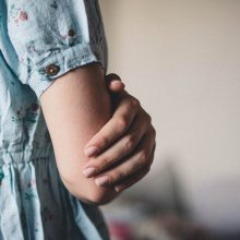 Šiurpą keliantis sąmokslas: jauna moteris nusipjovė ranką, kad gautų draudimo išmoką