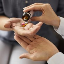 """""""AstraZeneca"""" skelbia tolesnius optimistinius vaisto nuo COVID-19 bandymų rezultatus"""