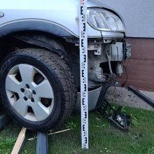 Pakruojyje neblaivi vairuotoja trenkėsi į du automobilius, namo sieną ir suoliuką