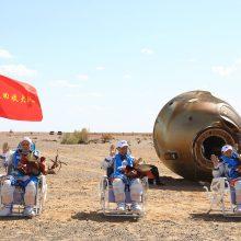 Kinijos astronautai po ilgiausios šalies istorijoje misijos sugrįžo į Žemę