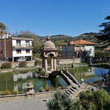 Jauku: spalvingoje Italijos rivjeroje įsikūręs miestelis Imperija tapo L.Vecchio namais.