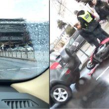 """Prie """"Akropolio"""" automobilis kliudė motorolerį, vairuotojas išvežtas į Klinikas"""