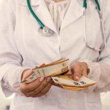 SAM: sparčiausiai senjorus skiepijančių savivaldybių medikams bus skiriami priedai