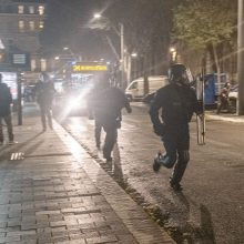 Prancūzijoje keturi policininkai stojo prieš teismą dėl juodaodžio sumušimo