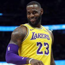 """L. Jamesas įtempė raumenis – jo 51 taškas pakylėjo """"Lakers"""""""