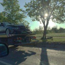 Girto BMW vairuotojo nesustabdė net smūgis į medį: nuo pareigūnų pabėgo pėsčiomis