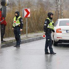 Kelyje Kaunas-Klaipėda apvirtus miškavežio priekabai uždaryta viena eismo juosta