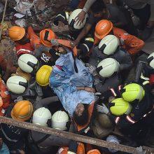 Indijoje sugriuvus pastatui žuvo mažiausiai 2 žmonės, dešimčių ieškoma